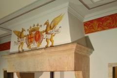 Décoration d'une salle à manger, blason peint, frise rouge et or, bas de mur façon tissu damassé.