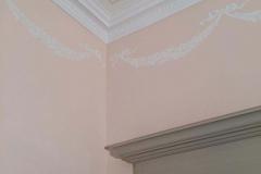 Décoration d'une chambre, guirlande de fleur, filets de couleur.